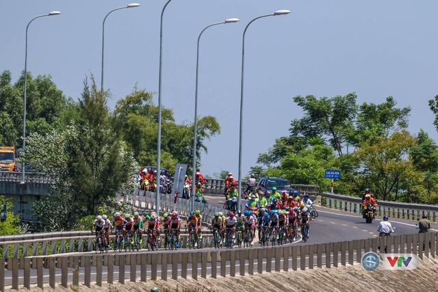 ẢNH: Những khoảnh khắc ấn tượng chặng 7 Giải xe đạp quốc tế VTV Cúp Tôn Hoa Sen 2017, Huế đi Quảng Nam - Ảnh 3.