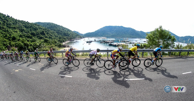 ẢNH: Những khoảnh khắc ấn tượng chặng 11 Giải xe đạp quốc tế VTV Cúp Tôn Hoa Sen 2017 - Ảnh 12.