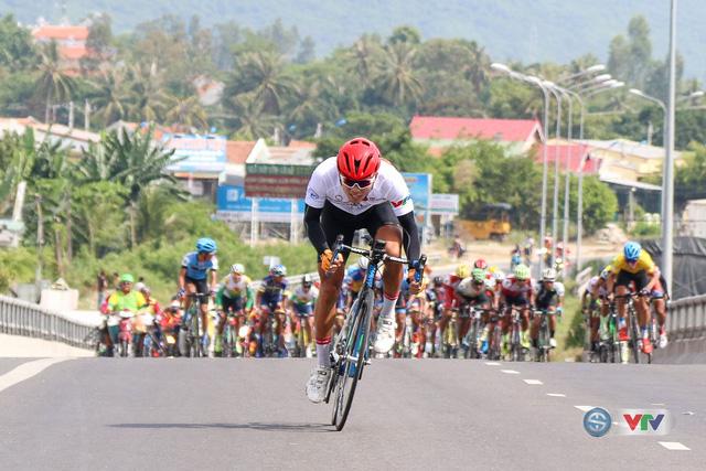 ẢNH: Những khoảnh khắc ấn tượng chặng 11 Giải xe đạp quốc tế VTV Cúp Tôn Hoa Sen 2017 - Ảnh 14.