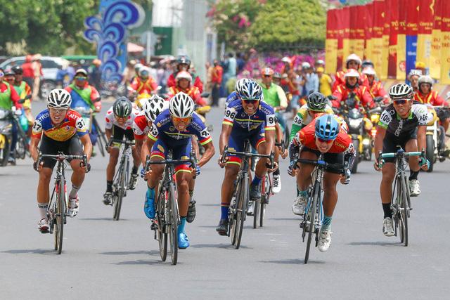 ẢNH: Những khoảnh khắc ấn tượng chặng 11 Giải xe đạp quốc tế VTV Cúp Tôn Hoa Sen 2017 - Ảnh 15.