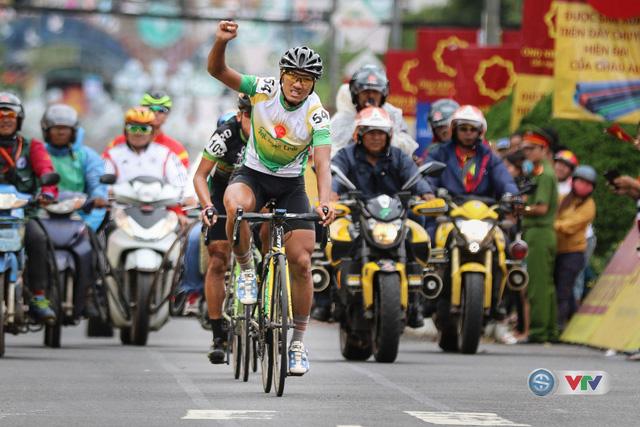 ẢNH: Những khoảnh khắc ấn tượng chặng 13 Giải xe đạp quốc tế VTV Cúp Tôn Hoa Sen 2017 - Ảnh 16.