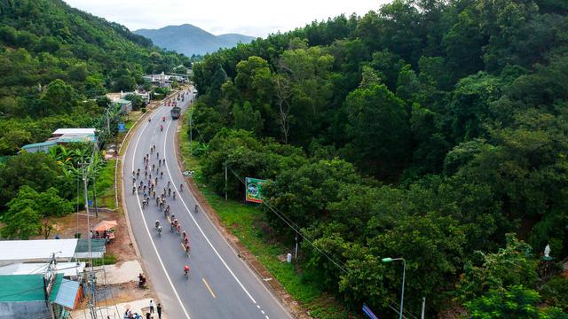 ẢNH: Những khoảnh khắc ấn tượng chặng 14 Giải xe đạp quốc tế VTV Cúp Tôn Hoa Sen 2017 - Ảnh 2.