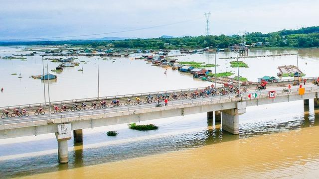 ẢNH: Những khoảnh khắc ấn tượng chặng 14 Giải xe đạp quốc tế VTV Cúp Tôn Hoa Sen 2017 - Ảnh 1.