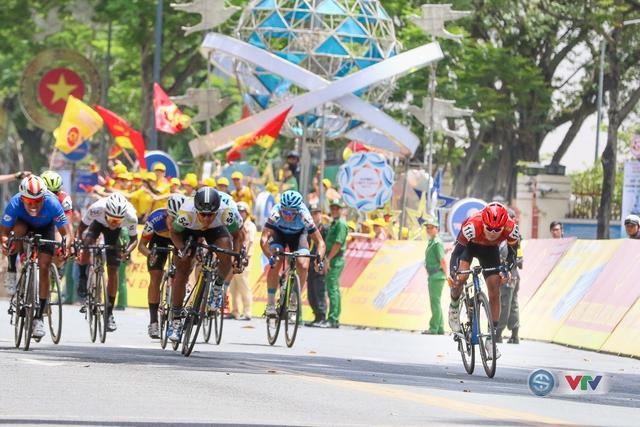 ẢNH: Những khoảnh khắc ấn tượng chặng 14 Giải xe đạp quốc tế VTV Cúp Tôn Hoa Sen 2017 - Ảnh 7.