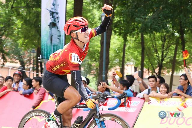 ẢNH: Những khoảnh khắc ấn tượng chặng 14 Giải xe đạp quốc tế VTV Cúp Tôn Hoa Sen 2017 - Ảnh 9.