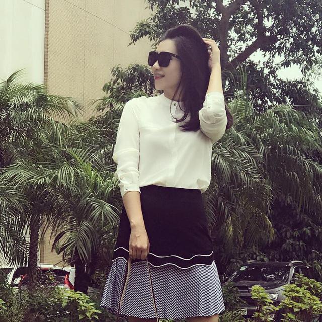 BTV Khánh Trang ghi điểm với gu thời trang thanh lịch, nữ tính - Ảnh 2.