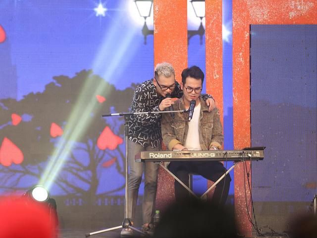 Tuấn Hưng, Đông Nhi, Trấn Thành xuất hiện trong liveshow miễn phí của Khắc Việt - Ảnh 4.