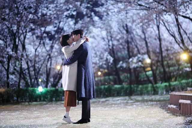 Suzy và Lee Jong Suk cứ tình tứ như vậy, bảo sao fan Khi nàng say giấc không phát mê - Ảnh 1.