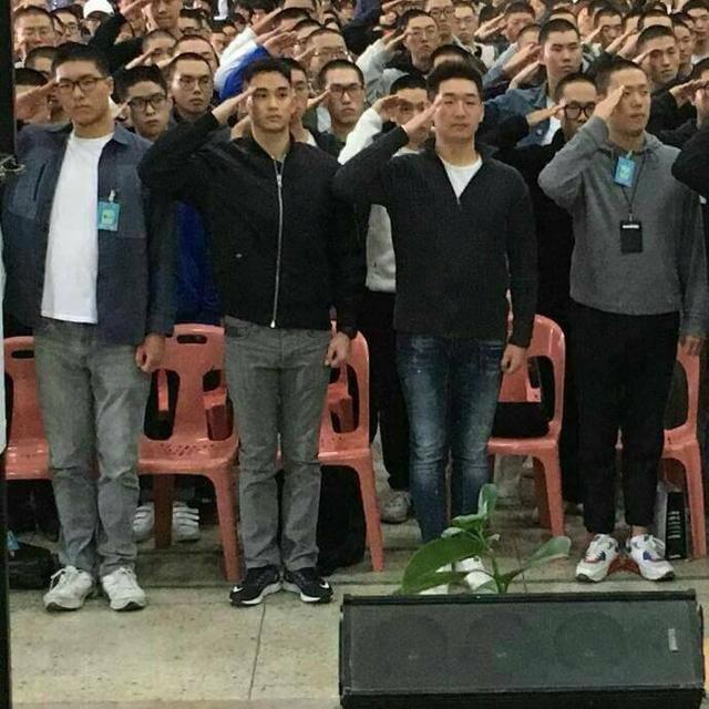 Fan ngất ngây với hình ảnh đầu tiên của Kim Soo Hyun trong quân ngũ - Ảnh 1.