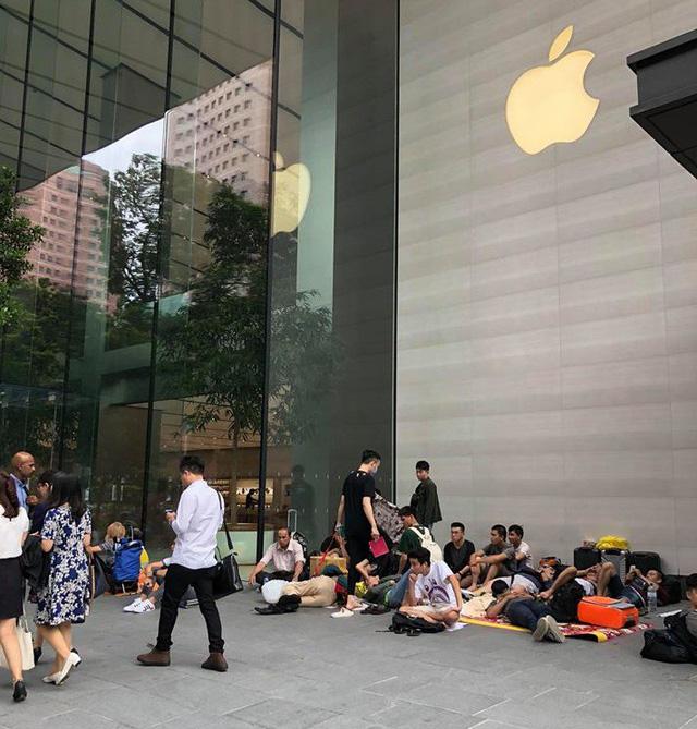 La liệt người ăn trực nằm chờ đón đợi iPhone X - Ảnh 1.