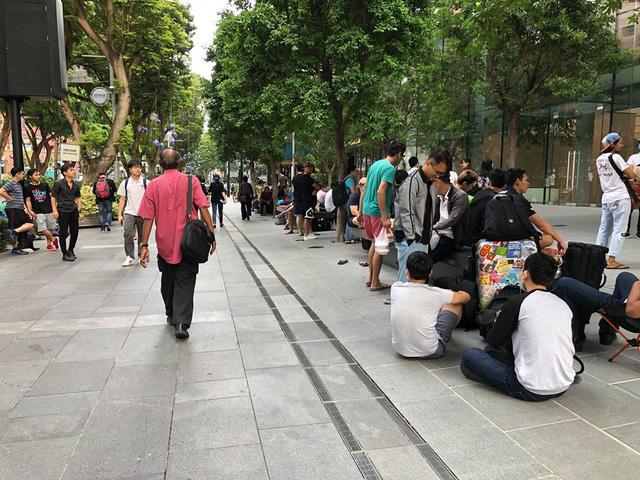 La liệt người ăn trực nằm chờ đón đợi iPhone X - Ảnh 4.