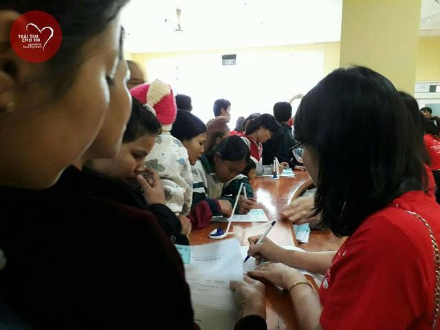 Trái tim cho em: 1500 em nhỏ tham gia khám sàng lọc tim bẩm sinh tại Huế - Ảnh 1.