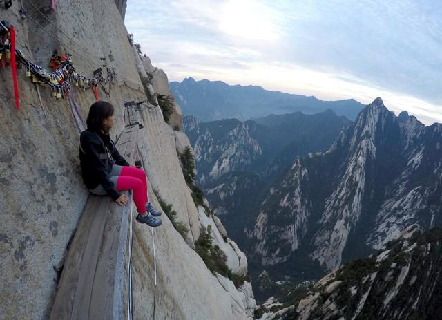 Núi Hoa Sơn - Con đường nguy hiểm nhất thế giới trên ván gỗ - Ảnh 4.