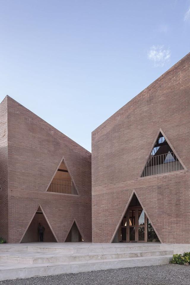 Độc đáo ngôi trường nổi bật với họa tiết tam giác - Ảnh 3.