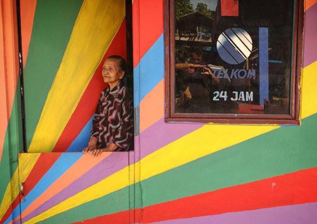 Khu ổ chuột ở Indonesia hóa làng cầu vồng tuyệt đẹp - Ảnh 5.