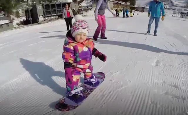Cô bé Mỹ học trượt tuyết khi chưa tròn 1 tuổi - Ảnh 2.