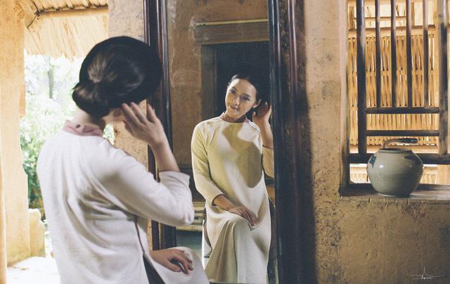 Hot girl Đi qua mùa hạ Quỳnh Kool mong manh, e ấp trong tà áo dài - Ảnh 1.