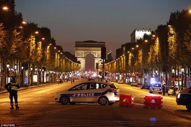 Hiện trường vụ tấn công ngay tại Đại lộ Champs-Elysees làm một cảnh sát thiệt mạng - Ảnh 3.