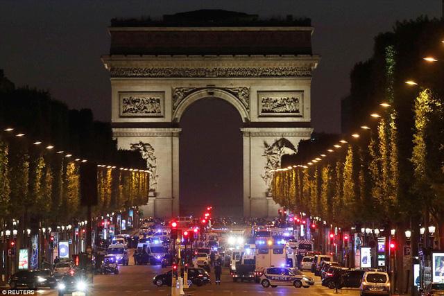 Hiện trường vụ tấn công ngay tại Đại lộ Champs-Elysees làm một cảnh sát thiệt mạng - Ảnh 6.