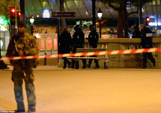 Hiện trường vụ tấn công ngay tại Đại lộ Champs-Elysees làm một cảnh sát thiệt mạng - Ảnh 2.