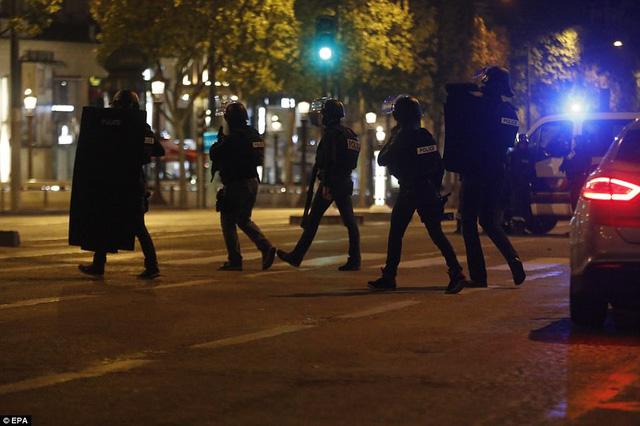 Hiện trường vụ tấn công ngay tại Đại lộ Champs-Elysees làm một cảnh sát thiệt mạng - Ảnh 5.
