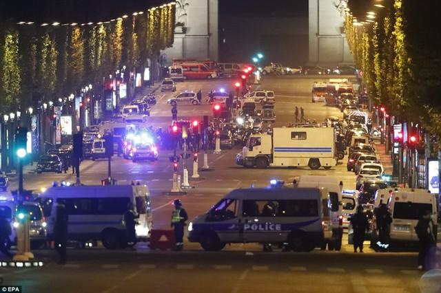 Hiện trường vụ tấn công ngay tại Đại lộ Champs-Elysees làm một cảnh sát thiệt mạng - Ảnh 1.