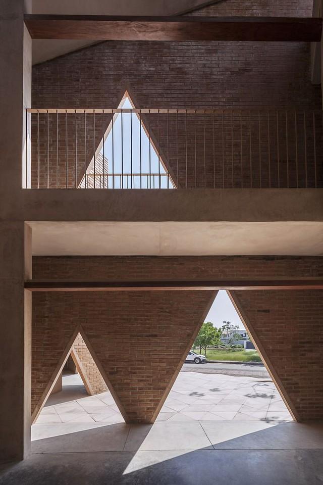 Độc đáo ngôi trường nổi bật với họa tiết tam giác - Ảnh 4.