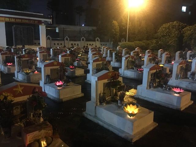 Thắp nến tri ân và thả đèn hoa đăng kỷ niệm ngày Thương binh - Liệt sỹ 27/7 - Ảnh 3.