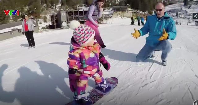 Cô bé Mỹ học trượt tuyết khi chưa tròn 1 tuổi - Ảnh 1.
