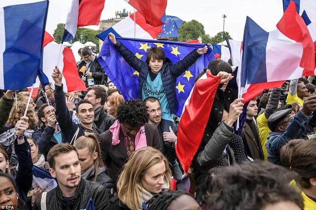 Nước Pháp vỡ òa chào đón Tổng thống trẻ nhất lịch sử - Ảnh 1.