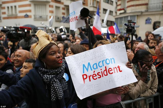 Nước Pháp vỡ òa chào đón Tổng thống trẻ nhất lịch sử - Ảnh 8.