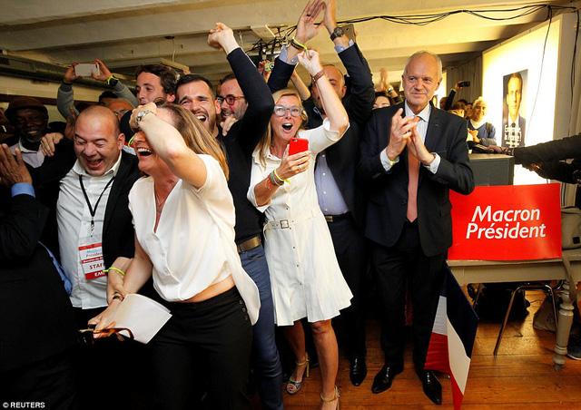 Nước Pháp vỡ òa chào đón Tổng thống trẻ nhất lịch sử - Ảnh 7.