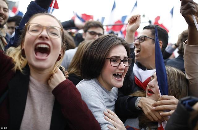 Nước Pháp vỡ òa chào đón Tổng thống trẻ nhất lịch sử - Ảnh 9.