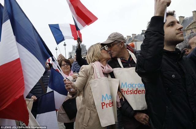 Nước Pháp vỡ òa chào đón Tổng thống trẻ nhất lịch sử - Ảnh 10.
