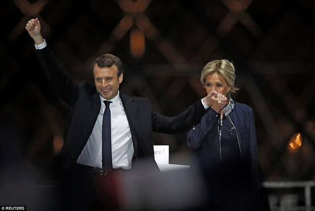 Nước Pháp vỡ òa chào đón Tổng thống trẻ nhất lịch sử - Ảnh 2.