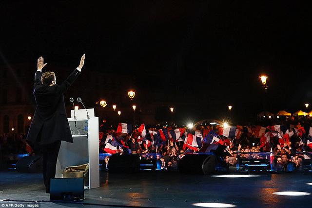 Nước Pháp vỡ òa chào đón Tổng thống trẻ nhất lịch sử - Ảnh 4.