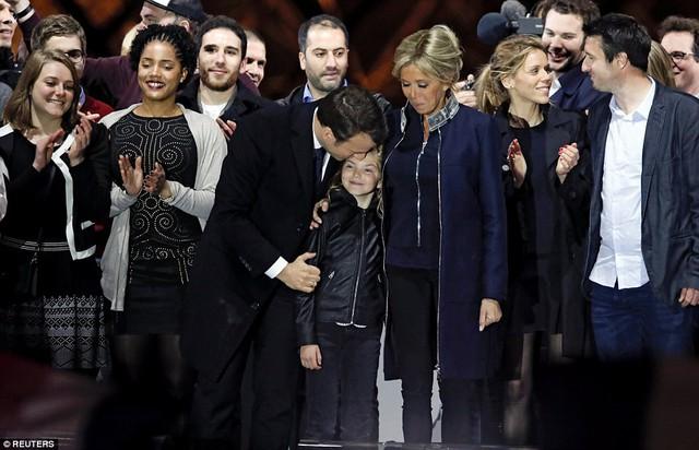 Nước Pháp vỡ òa chào đón Tổng thống trẻ nhất lịch sử - Ảnh 3.
