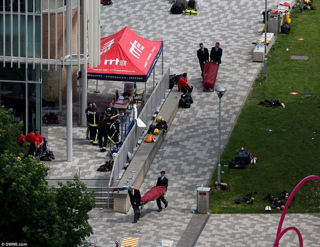 Những hình ảnh kinh hoàng còn lại sau vụ cháy chấn động ở thủ đô London - Ảnh 7.