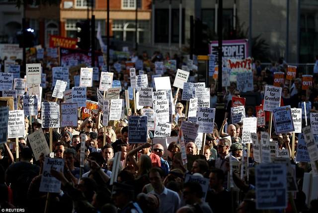 Nước Anh sôi sục biểu tình sau vụ cháy tòa tháp 24 tầng - Ảnh 7.