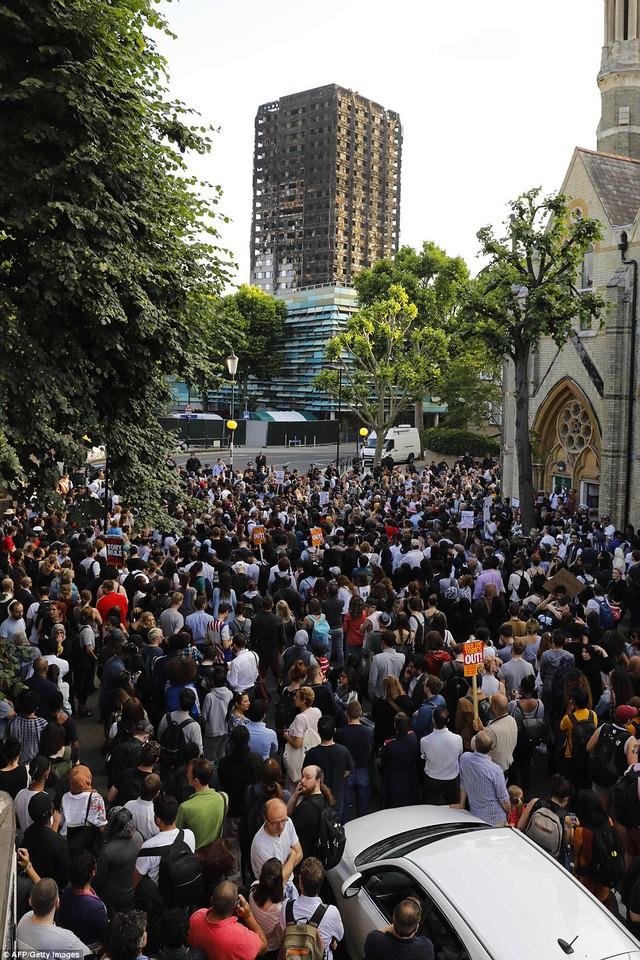 Nước Anh sôi sục biểu tình sau vụ cháy tòa tháp 24 tầng - Ảnh 8.