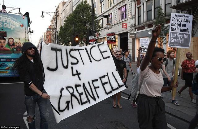 Nước Anh sôi sục biểu tình sau vụ cháy tòa tháp 24 tầng - Ảnh 2.
