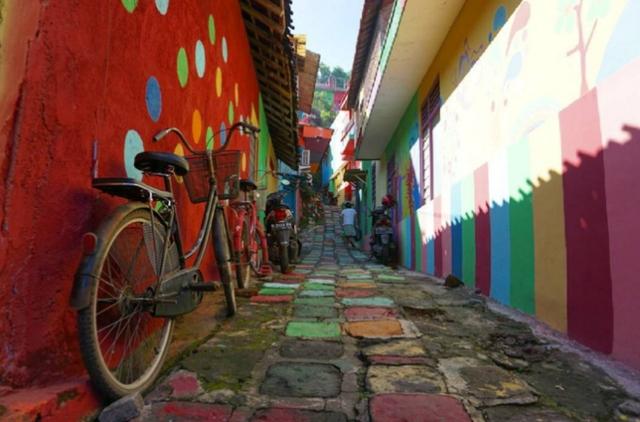 Khu ổ chuột ở Indonesia hóa làng cầu vồng tuyệt đẹp - Ảnh 3.