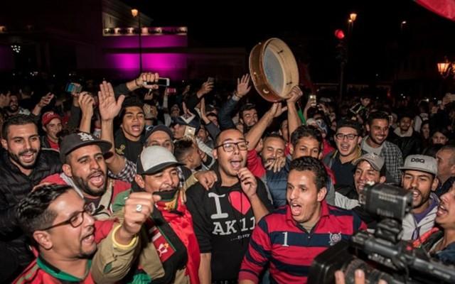[CHÙM ẢNH] Người dân Maroc tràn xuống đường ăn mừng vé dự World Cup 2018 - Ảnh 5.