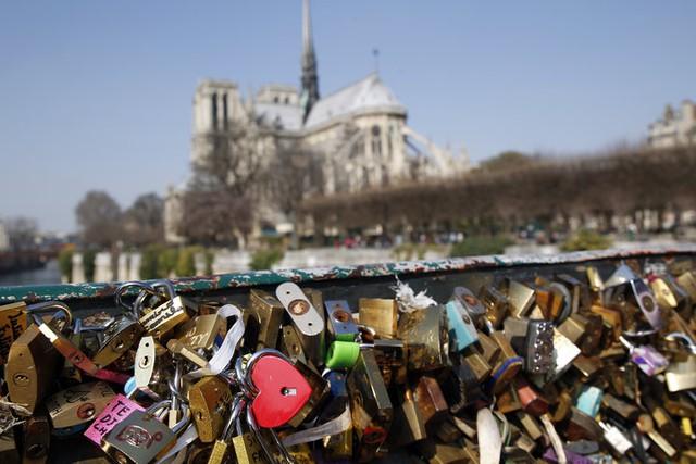 Paris bán khóa tình yêu lấy tiền làm từ thiện - Ảnh 1.