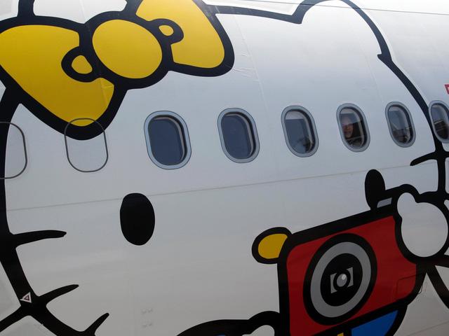 Những chuyến bay siêu dễ thương ngập tràn hình tượng Hello Kitty - Ảnh 1.