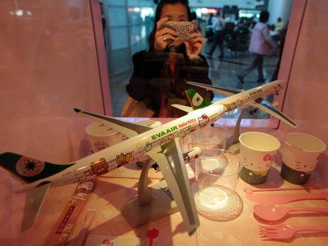 Những chuyến bay siêu dễ thương ngập tràn hình tượng Hello Kitty - Ảnh 4.