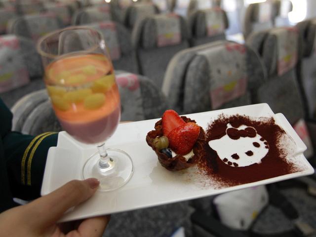 Những chuyến bay siêu dễ thương ngập tràn hình tượng Hello Kitty - Ảnh 9.