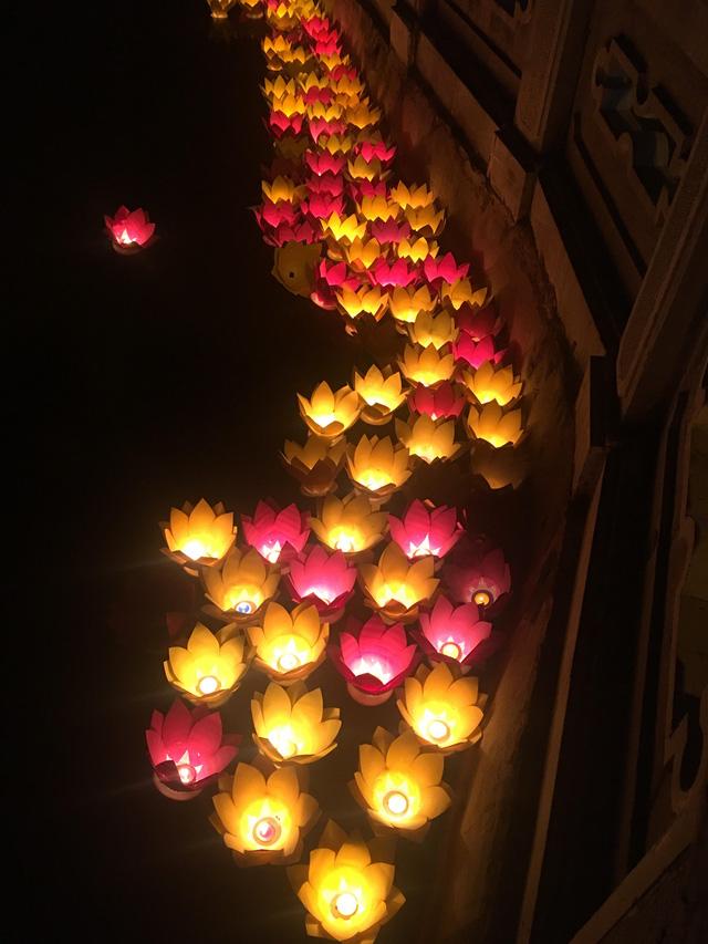 Thắp nến tri ân và thả đèn hoa đăng kỷ niệm ngày Thương binh - Liệt sỹ 27/7 - Ảnh 4.