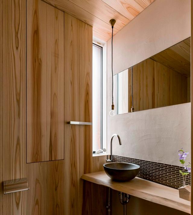 Thiết kế nhà với nội thất toàn bằng gỗ và khoảng giếng trời xanh ngát - Ảnh 9.