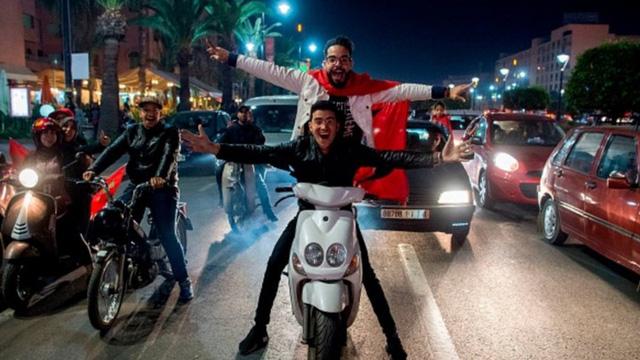 [CHÙM ẢNH] Người dân Maroc tràn xuống đường ăn mừng vé dự World Cup 2018 - Ảnh 6.